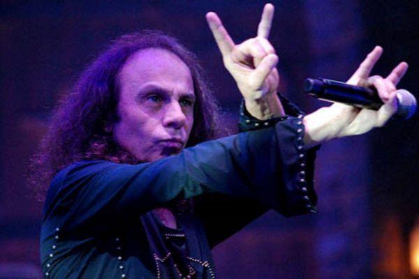 Ronnie James Dio haciendo el símbolo de la mano cornuta del rock y metal