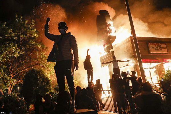 Protestantes en Minneapolis, Minnesota el pasado viernes. Foto: AP Images