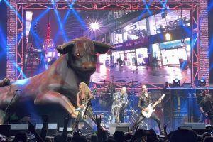 Por qué Judas Priest tiene un toro gigante en el escenario