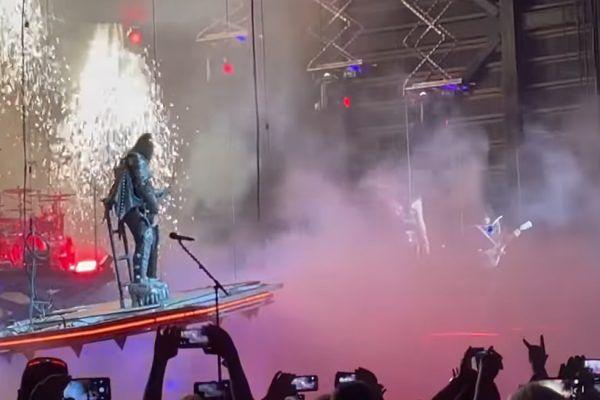 Gene Simmons, de, Kiss, casi cae de plataforma en pleno concierto